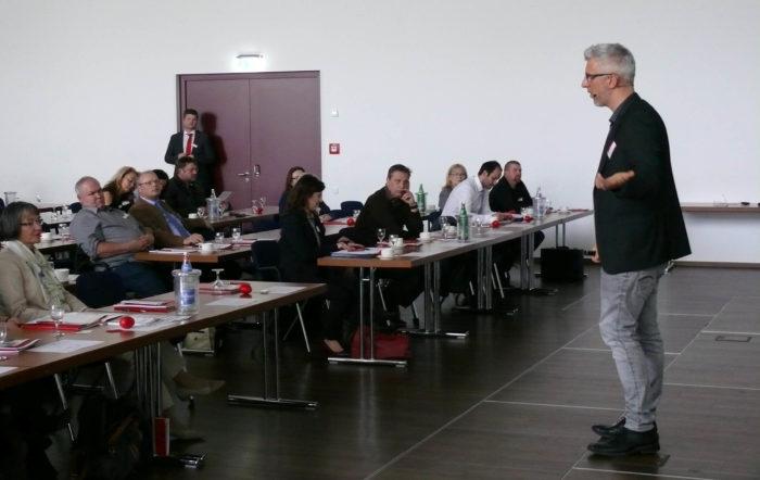 Vortrag für Suchtprävention und auf der Bühne und im Vordergrund sind Ausbilder und Führungskräfte