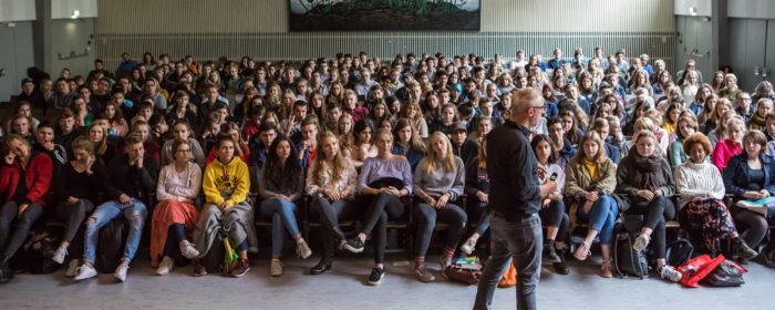 Key Note Speaker und Vortragsredner vor einer Gruppe von Schülern