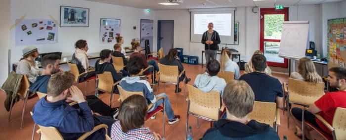 Vortrag für Suchtprävention und im Vordergrund sind Auszubildende