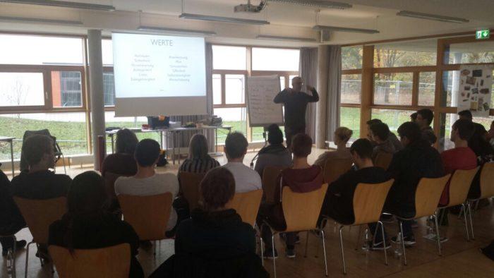 Vortrag und Workshop für Suchtprävention und an einer Schule und im Vordergrund sind Schüler