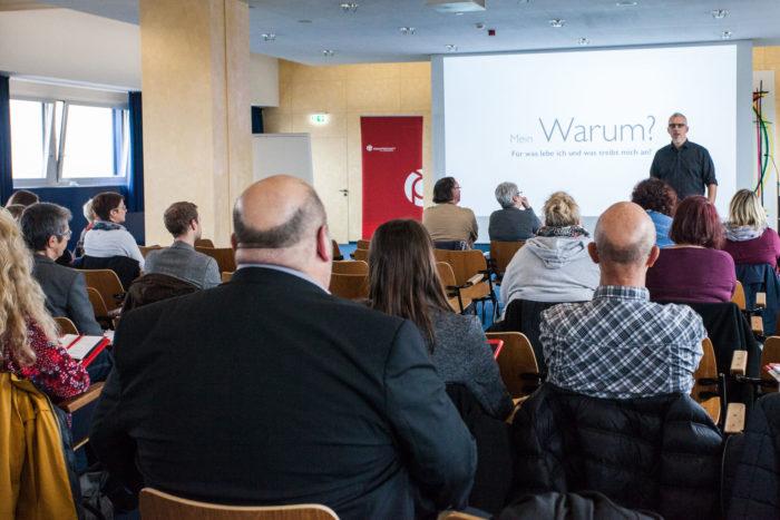 Vortrag und Workshop für Suchtprävention und auf der Bühne und im Vordergrund sind Erwachsene