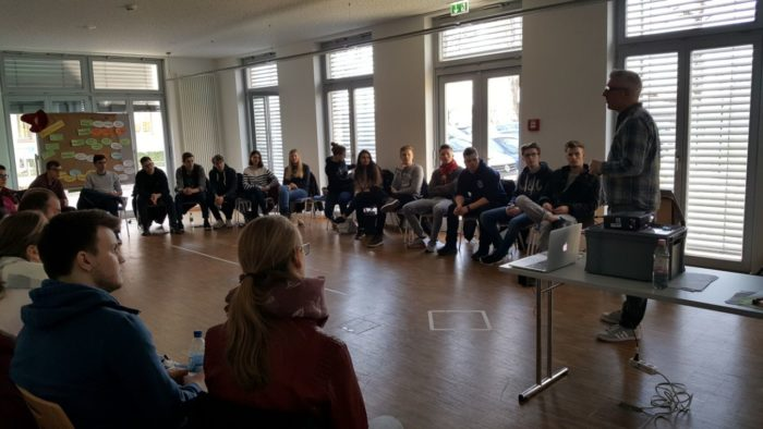 Vortrag und Workshop für Suchtprävention und im Vordergrund sind Auszubildende bei dem Malteser