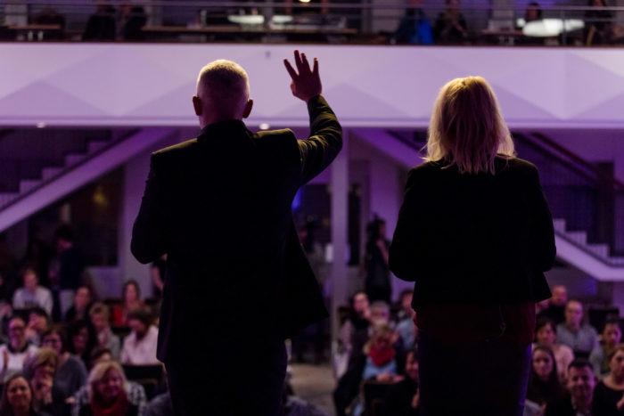 Key Note Speaker und Vortragsredner auf der Bühne im Hintergrund Erwachsene
