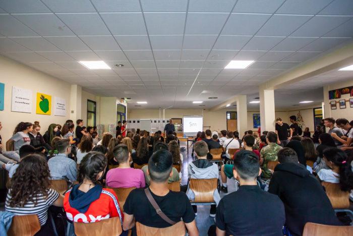 Key Note Speaker und Vortragsredner an einer Schule und im Vordergrund sind Schüler