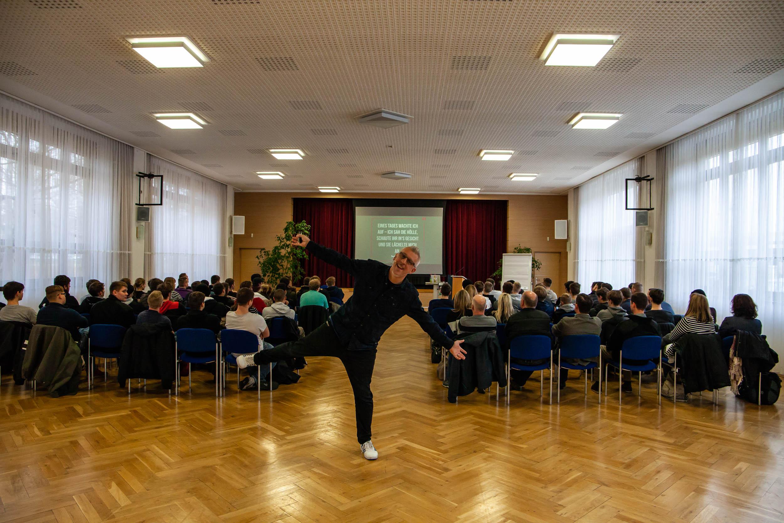 Key Note Speaker und Vortragsredner Mathias Wald und im HIntergrund sind Schüler und Lehrer